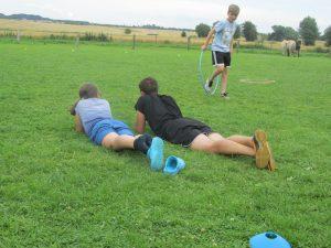Quiz und Leiter gegen Kinder Fussball